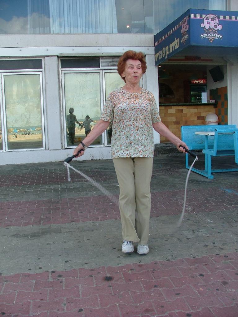 אמא לאה הירש קופצת בחבל בגיל 90