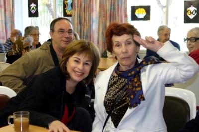 נורית עם אמא לאה ואחיה יואל הירש