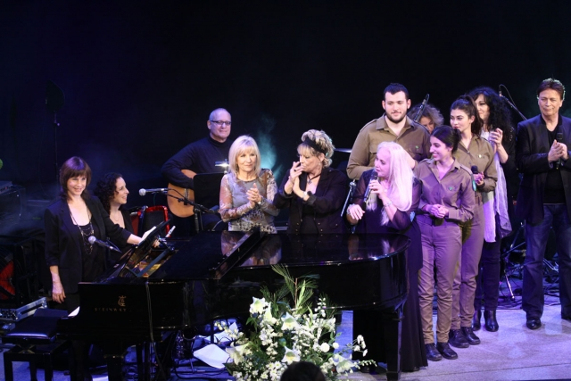 נורית בסיום מופע מחווה ליאיר רוזנבלום